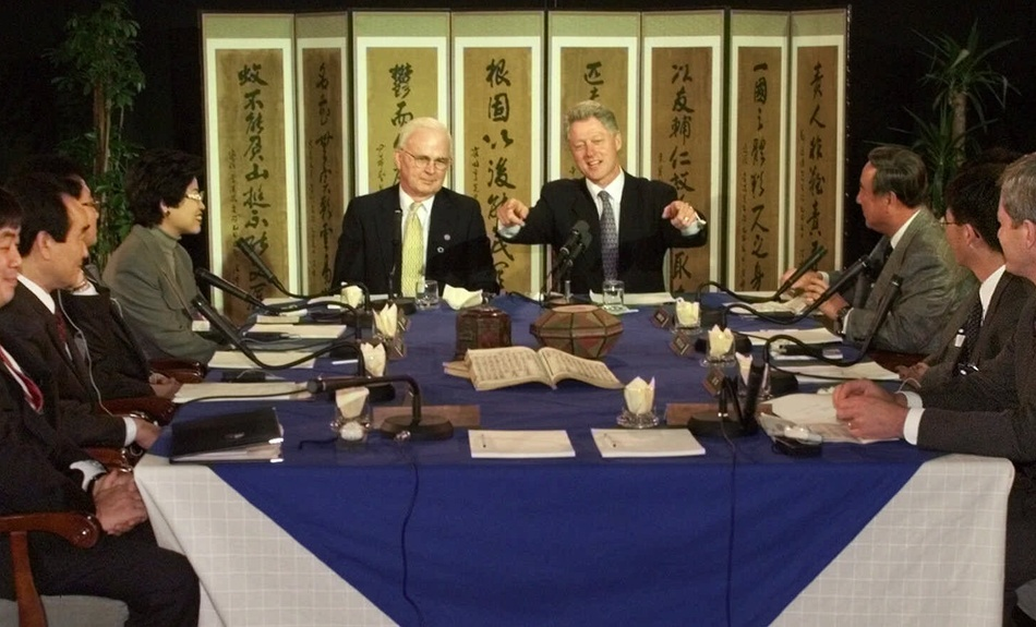1998: Then U.S. Ambassador to South Korea Stephen Bosworth (left) joined President Bill Clinton in a meeting with Korean community leaders in Seoul, South Korea on Nov. 21, 1998 to discuss issues related to the Korean Peninsula.