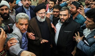 Ebrahim Raisi, the leading conservative presidential candidate, delivers a speech to his supporters at Tehran's Hory Mosque (April 10, 2017)