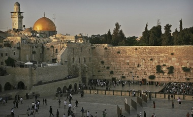 A view of the Al-Aqsa Mosque compound with the golden Dome of the Rock and the Western Wall in Jerusalem's Old city, Wednesday, June 4, 2008.//AP Photo/Dan Balilty