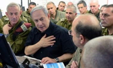 Israeli Prime Minister Benjamin Netanyahu (C), and IDF Chief of Staff Benny Gantz (L) visit a tactical headquarters of the IDF in southern Israel near the border with Gaza on July 21, 2014.