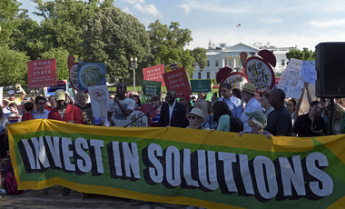 Protesters gather outside the White House in Washington, Thursday, June 1, 2017, to protest President Donald Trump's decision to withdraw the Unites States from the Paris climate change accord. (AP Photo/Susan Walsh)