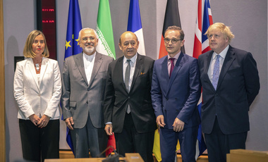From left, European Union foreign policy chief Federica Mogherini, Iranian Foreign Minister Javad Zarif, French Foreign Minister Jean-Yves Le Drian, German Foreign Minister Heiko Maas and British Foreign Secretary Boris Johnson pose for a photo during a meeting at the Europa building in Brussels. May 15, 2018 (Olivier Matthys/Associated Press, Pool).