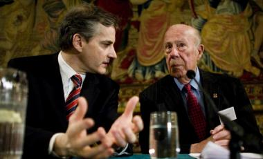 Former U.S. Secretary of State George Shultz and Norwegian Foreign Minister Jonas Gahr Store in Oslo, February 2008