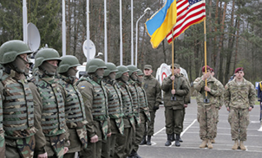 US and Ukrainian soldiers stand guard during opening ceremony of the 'Fiarles Guardian - 2015', Ukrainian-US Peacekeeping and Security command and staff training, in western Ukraine, in Lviv region, Monday, April 20, 2015.