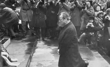 West German Chancellor Willy Brandt kneels in front of a memorial at the site of the former Jewish Ghetto in Warsaw, Poland (7 December 1970).