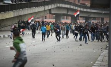 Supporters (background) of Egyptian President Abdel Fattah al-Sisi clash with anti-government protesters following demonstrations in Cairo on January 25, 2015, marking the fourth anniversary of the 2011 uprising that ousted veteran autocrat Hosni Mubarak.
