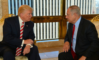 Israeli Prime Minister Benjamin Netanyahu (R) speaks to Republican U.S. presidential candidate Donald Trump during their meeting in New York, September 25, 2016