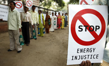 People from rural India demanding equitable distribution of energy carry lanterns as they stage a protest outside the Indian Social Justice Ministry in New Delhi, India, Nov. 18, 2009.