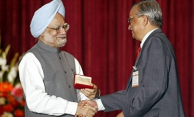 Indian Prime Minister Manmohan Singh shakes hands with Chairman of the Atomic Energy Commission Anil Kakodkar after delivering a speech on the importance of nuclear energy to India's future on August 31, 2007.