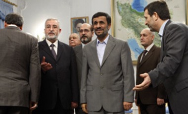 Iranian President Mahmoud Ahmadinejad, (C), welcomes the Iraqi delegation, as Iranian ambassador to Iraq, Hassan Kazemi Qomi, (R), and Iraqi parliament speaker, Ayad al Samarraie, (2nd L), introduce them, in Tehran, Sep. 29, 2009.