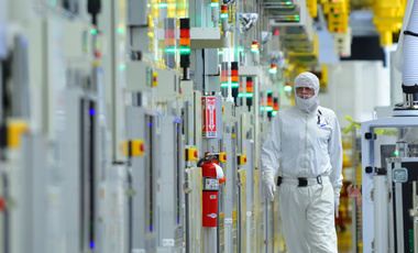Production and cleanroom facilities at work in Intel's D1D/D1X plant in Hillsboro, Oregon.