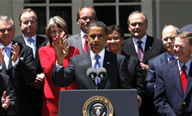 President Barack Obama, center, is applauded in the Rose Garden of the White House in Washington, May 19, 2009, during an announcement on new fuel and emission standards for cars and trucks.