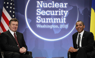 President Barack Obama meets with Ukraine President Viktor Yanukovych during the Nuclear Security Summit in Washington, April 12, 2010.