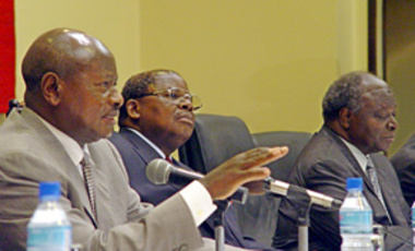 Ugandan President Yoweri Museveni, left, Tanzanian Pres. Benjamin Mkapa, center, & Kenyan Pres. Mwai Kibaki, at a summit on forming a political federation by 2010 to accelerate economic growth in East Africa, Dar es Salaam, Tanzania, May 30, 2005.