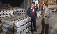 ORNL's Jon Kreykes briefs President Bush on Libya's nuclear weapons production equipment sent to Oak Ridge.