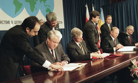 Russian President Boris Yeltsin, left, American President Bill Clinton, Ukrainian President Leonid Kuchma, and British Prime Minister John Major sign the Budapest Memorandum on Dec. 5, 1994 (Marcy Nighswander/Associated Press).