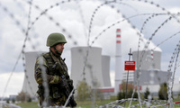 A member of the Czech Army takes part in an anti-terrorism drill at the Temelin nuclear power plant near the town of Tyn nad Vltavou, Czech Republic, April 11, 2017 (REUTERS/David W Cerny).